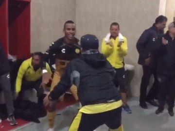 Maradona baila con sus jugadores del Dorados de Sinaloa