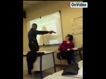 Graban a un joven de 16 años amenazando a su profesora con una pistola para que le quitara la falta por llegar tarde a clase