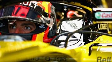 Carlos Sainz, en el 'cockpit' del Renault