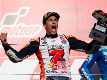 """Deportes Antena 3 (21-10-18) Marc Márquez: """"Se me ha salido el hombro durante la celebración, pero los bailes no los perdonaremos"""""""