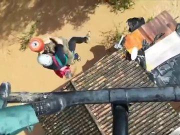 El momento de la evacuación en helicóptero de una mujer en Cortes de la Frontera