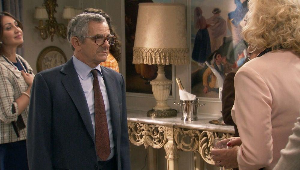 Quintero descubre las burlas de Ascensión hacia Benigna y protege a su amiga abandonando el evento