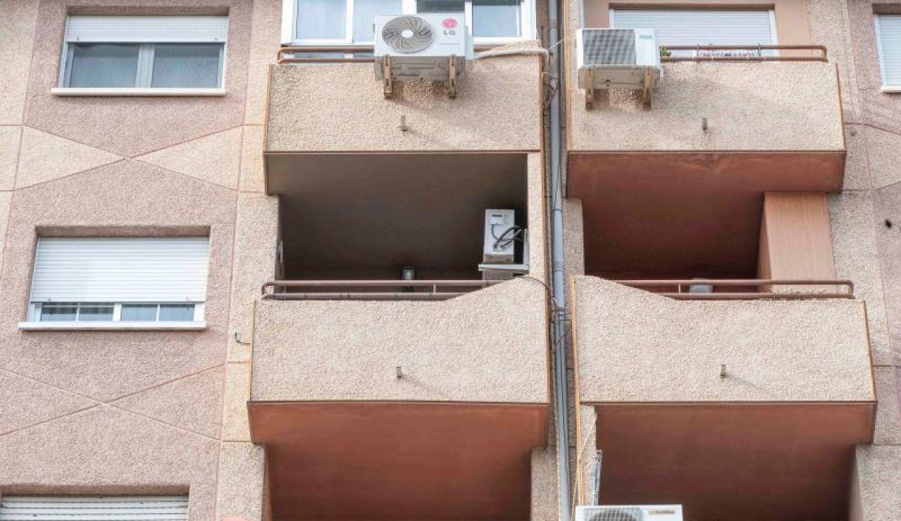 Vista de los balcones del edificio desde el que se suicidó la mujer