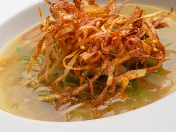 Sopa de verduras con fideos de patata.
