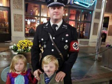 Goldbach vestido de nazi y su hijo de Hitler