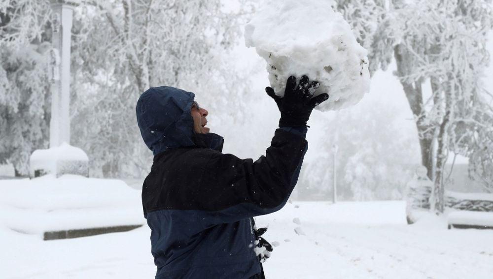 Una persona sostiene una bola de nieve en O Cebreiro (Lugo)
