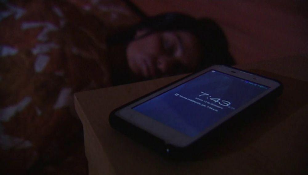 ¿Cuáles son los riesgos de dormir con el móvil?