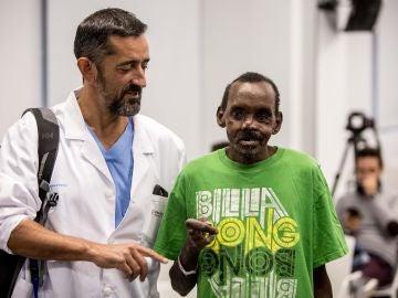 Imagen del cirujano Cavadas y el paciente keniano