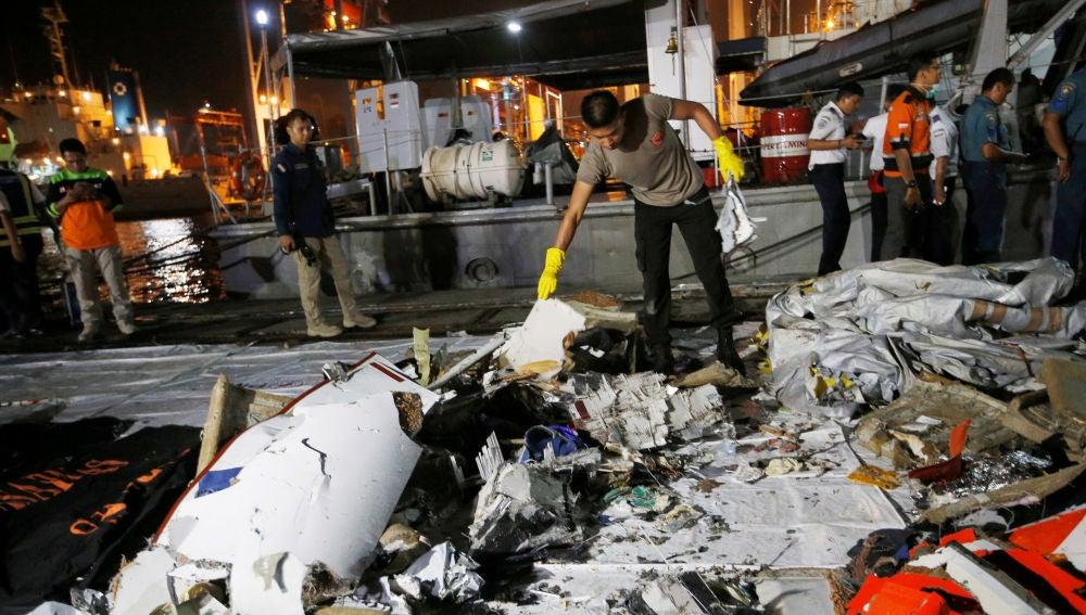 Un policía indonesio busca entre los restos