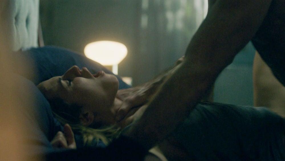 Jon aterroriza a Elena con su agresividad durante el sexo
