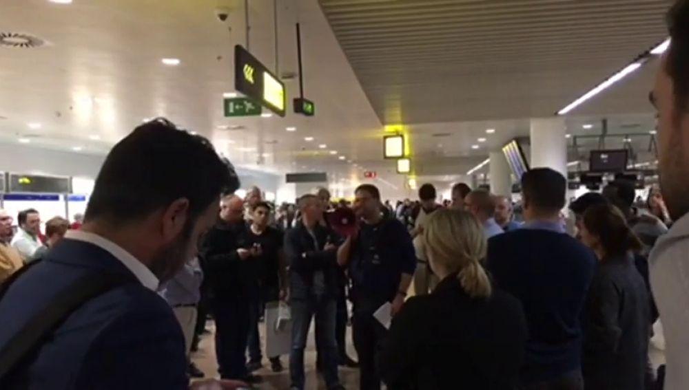 Decenas de españoles llevan varios días atrapados en el aeropuerto de Bruselas