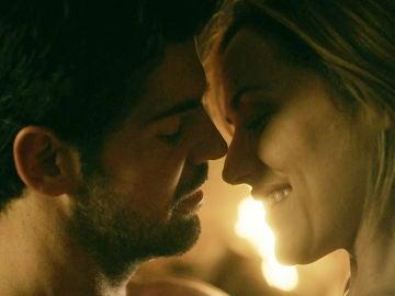 Complicidad y deseo en el primer encuentro sexual entre Jon y Elena