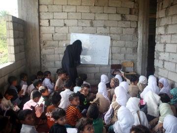 Un profesor de Yemen convierte su casa en un colegio para mantener en las aulas a 700 niños