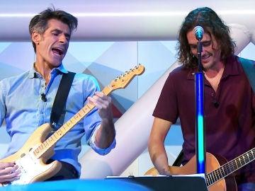 Jorge Fernández cumple su promesa y toca una canción de Bon Jovi con la banda de 'La ruleta de la suerte'