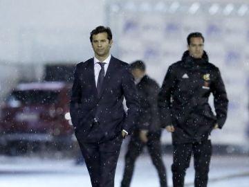 Santiago Solari en la banda del estadio Álvarez Claro de Melilla
