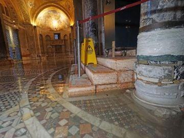 El agua llega hasta el área principal de la Basílica de San Marcos