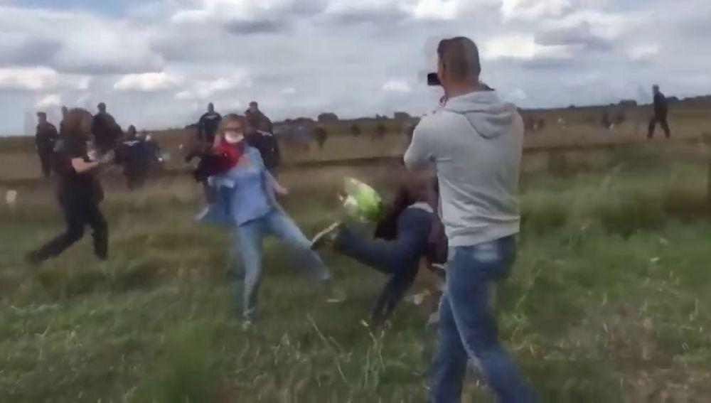 Absuelta la reportera que puso la zancadilla a varios refugiados en la frontera con Serbia hace tres años