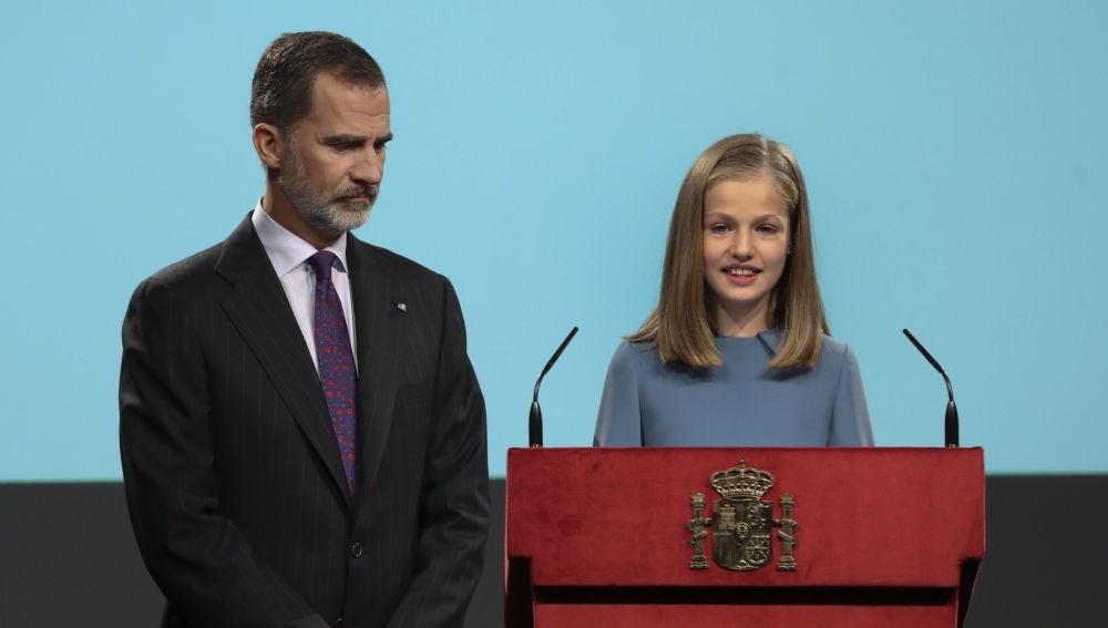 La princesa Leonor, acompañada por su padre, el Rey