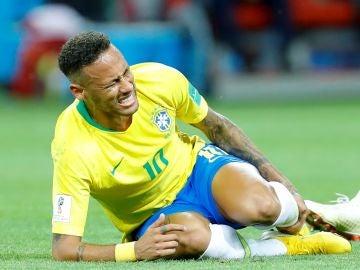 Neymar se queja de una falta con la selección de Brasil