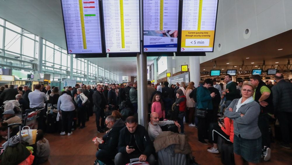 Pasajeros permanecen a la espera durante la huelga de los trabajadores de la empresa Aviapartner