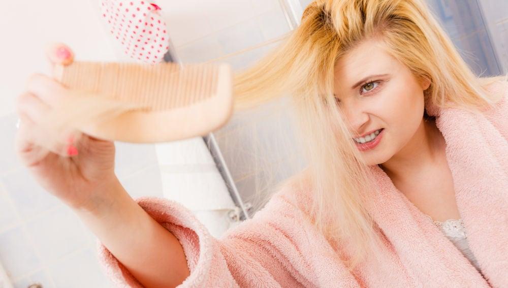 Mujer trata de peinarse el pelo
