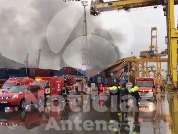 Un barco choca contra una grúa de carga y provoca un incendio que obliga a desalojar el muelle sur del Puerto de Barcelona