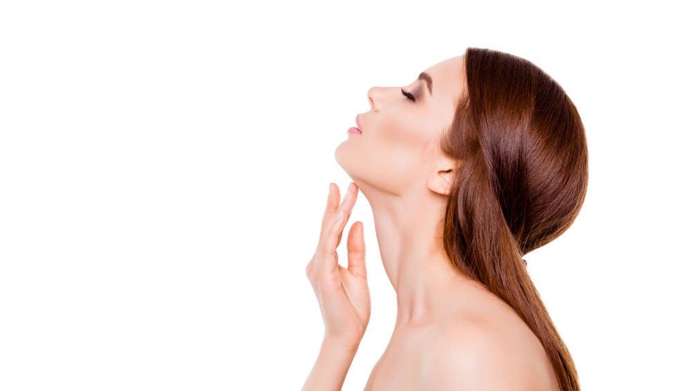 Mujer estirando cuello