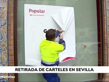 Operación limpieza en Sevilla: el Ayuntamiento retira carteles publicitarios de toldos y marquesinas en el entorno de la Catedral
