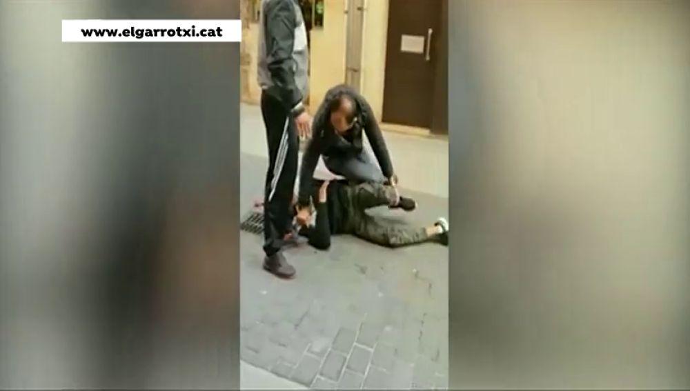 Los clientes de una tienda retienen a un ladrón que acaba de robar un móvil