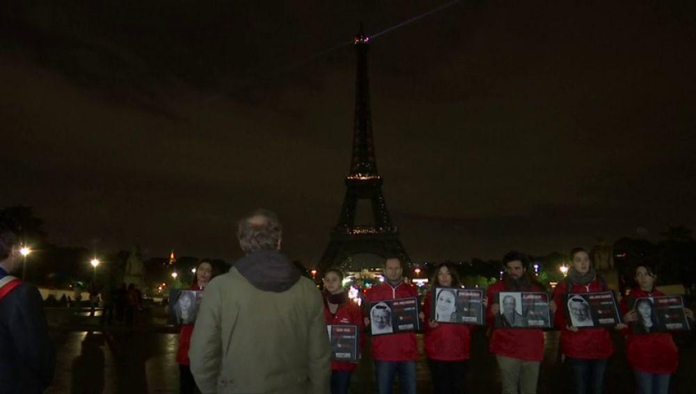 La Torre Eiffel se apaga en recuerdo a los periodistas asesinados