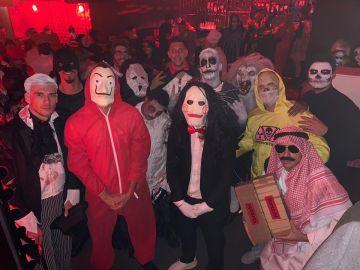El disfraz de la polémica de Rafinha (abajo a la derecha)