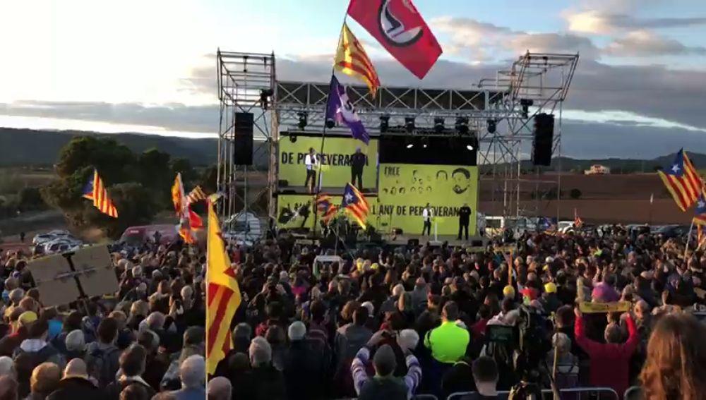 Miles de personas se concentran ante la cárcel de Lledoners para reclamar la libertad de los presos independentistas
