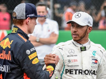Verstappen y Hamilton se saludan antes de una carrera
