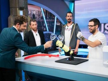 David Bisbal brinda con el brazo humanoide del equipo de ciencia de 'El Hormiguero 3.0'