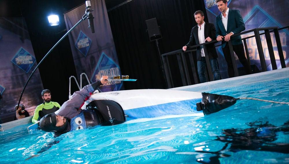 Rubén bate el récord de vueltas en el agua sujetando una bandeja con vasos