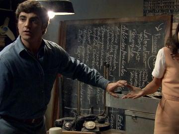 Carolina y Álvaro descubren que alguien está escondido en el cuarto abandonado