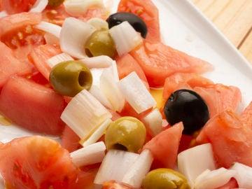 Ensalada de tomate, cebolleta y aceitunas