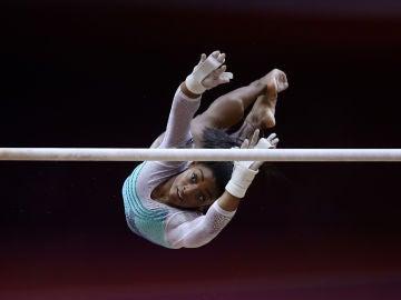 Simone Biles, en plena acción