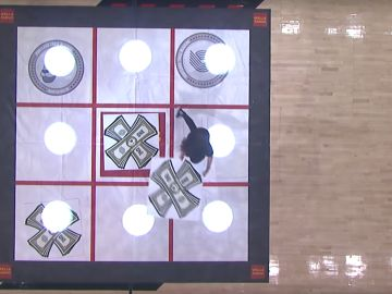 Una aficionada juega al tres en raya