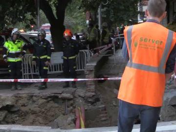 Desalojados los vecinos de un edificio de Madrid por un gran socavón de unos treinta metros cuadrados