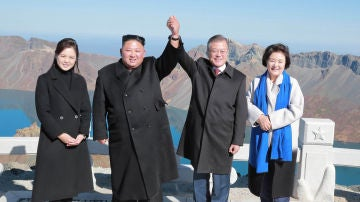 Los líderes de Corea del Norte y Corea del Sur,  Kim Jong Un y Moon Jae-in, junto a sus esposas