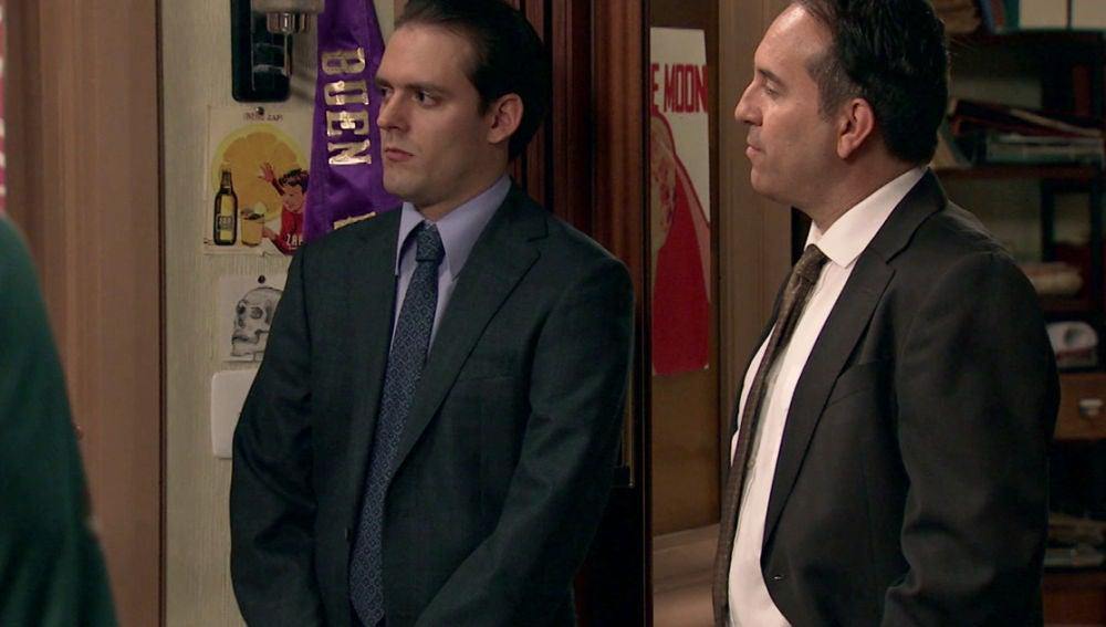 Dos agentes llegan a la revista preguntando por John
