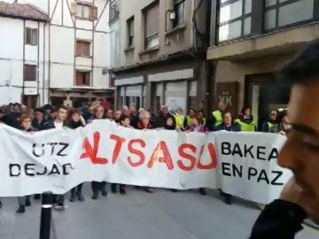 Miles de vecinos de Alsasua protestan contra un acto organizado por Ciudadanos para este domingo