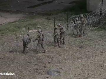 Comienzan a instalarse las concertinas en la frontera sur de EEUU para evitar el paso de la primera caravana de migrantes que ya está en Veracruz