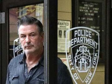 Alec Baldwin a la salida de la comisaría en Nueva York