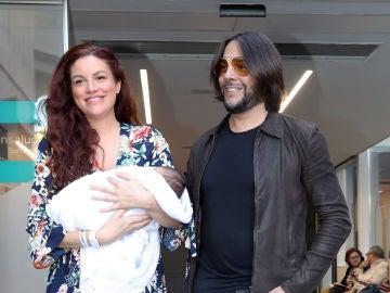 Joaquín Cortés junto a su pareja, Marina Moreno, tras convertirse en padres