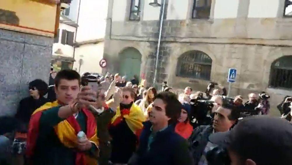 Pitos en Alsasua a un grupo de personas con la bandera española antes del acto de España Ciudadana