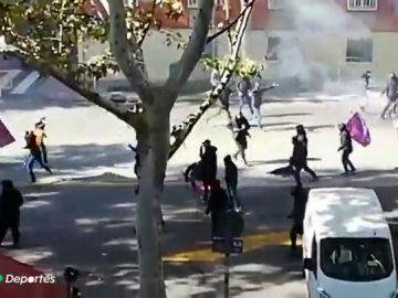 Tres heridos leves por enfrentamientos entre ultras del Rayo y del Barcelona cerca del Estadio de Vallecas