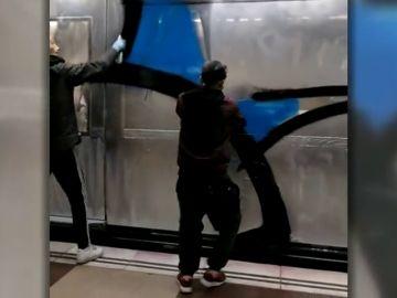 TMB perita los daños en los vagones para interponer una denuncia contra los grafiteros del metro de Barcelona
