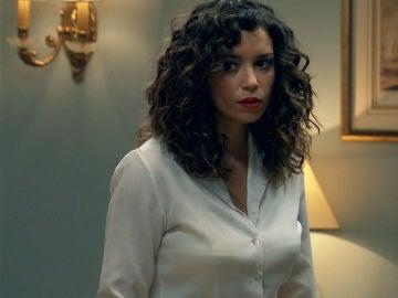 """Amelia descubre el secreto de Carlos: """"Son recuerdos de la única persona a la que he amado"""""""